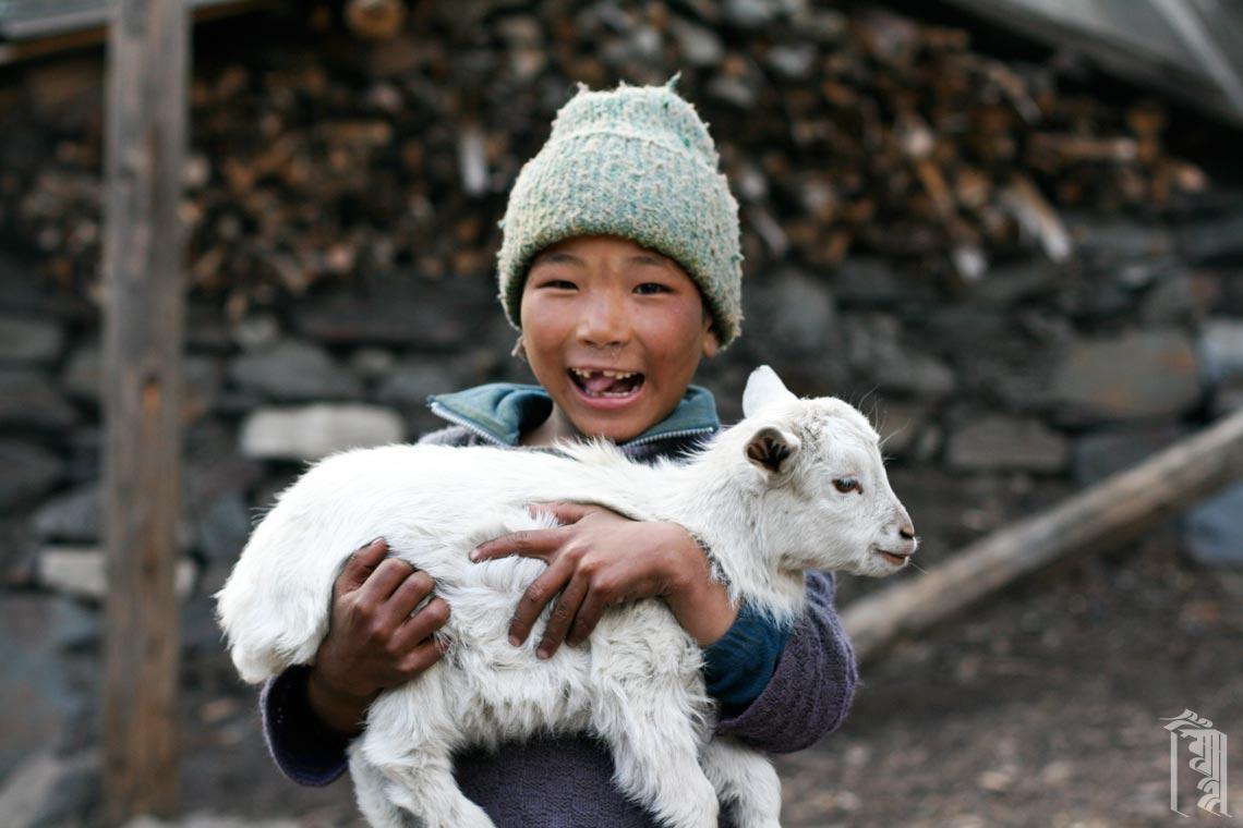 Kind mit seiner Ziege
