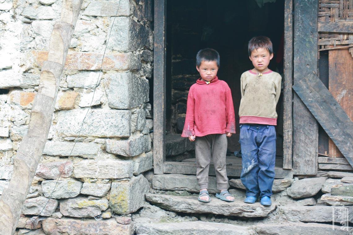 Geschwister in einer Haustür