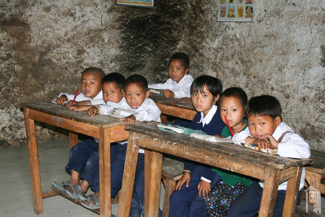 Schüler in einem Dorf-Klassenzimmer