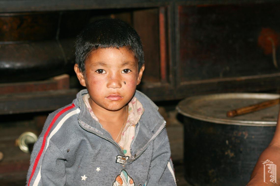 Kind in einem dunklen Haus