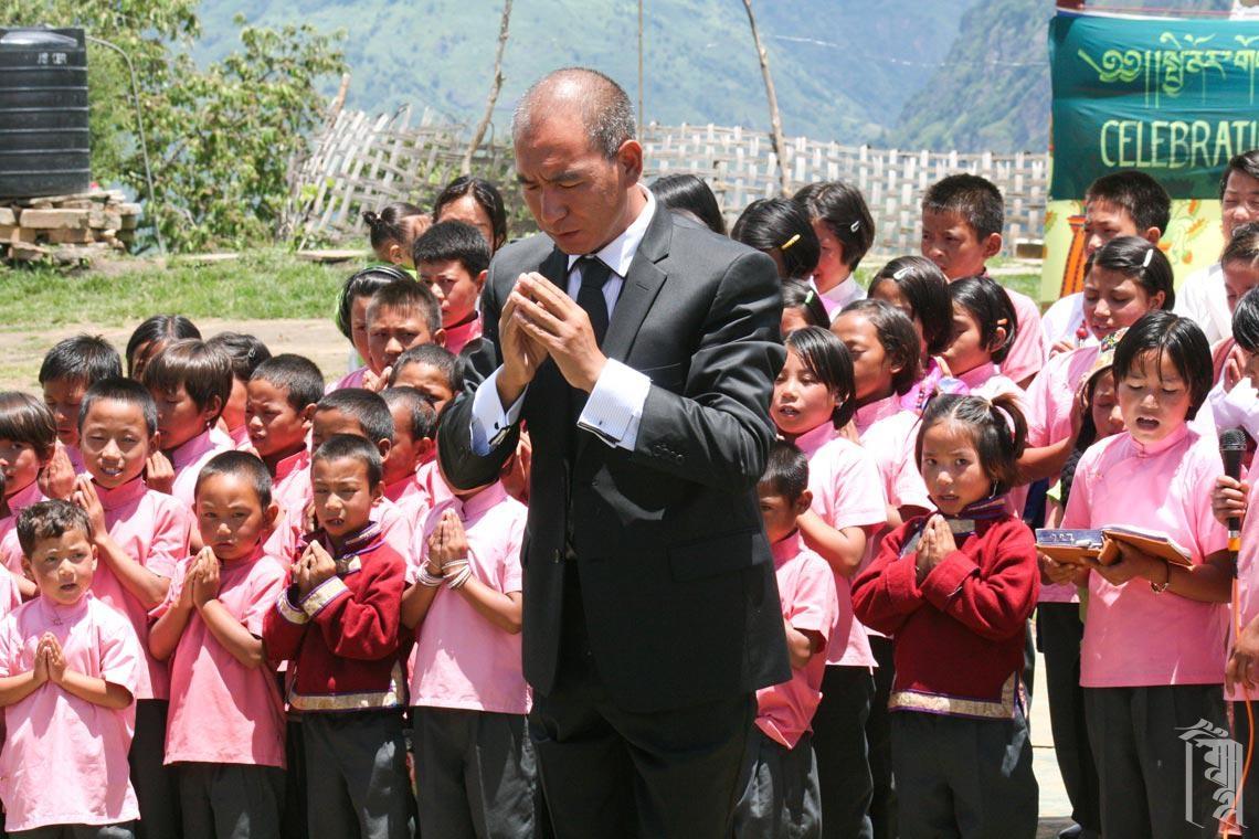 Die Kinder nehmen unter der Leitung von Lobsang an tibetischen Gebeten zu einem besonderen Anlass im Jhamtse Gatsal teil.