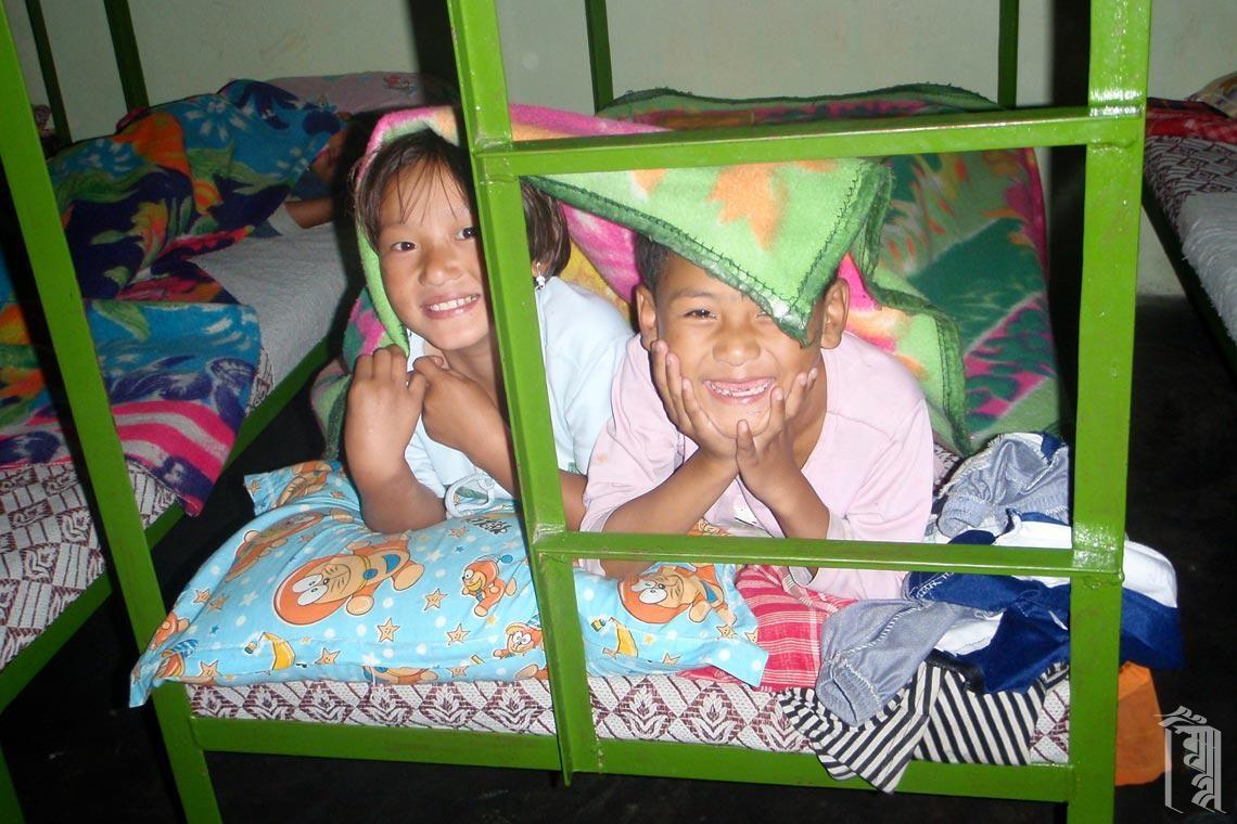 In einer kalten Nacht in einem Jhamtse Gatsal Family House gibt es immer jemanden, mit dem man zusammenkuscheln kann.