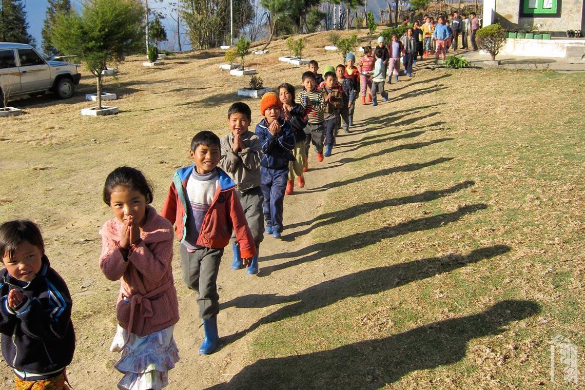 Die Kinder verlassen das Frühstück in der Familienküche und bereiten sich auf den Schultag vor.