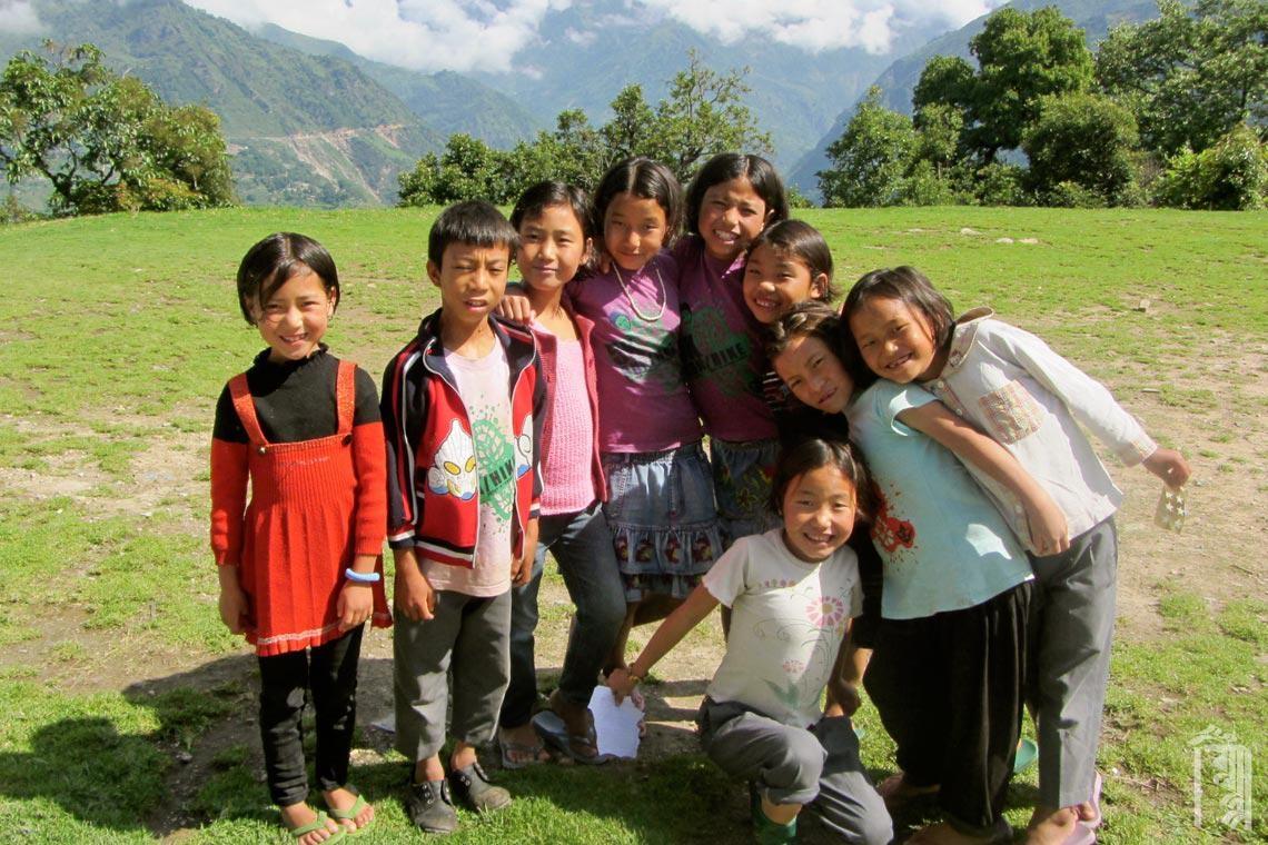 Mit Freunden in der Kindergemeinschaft Jhamtse Gatsal zusammen sein.