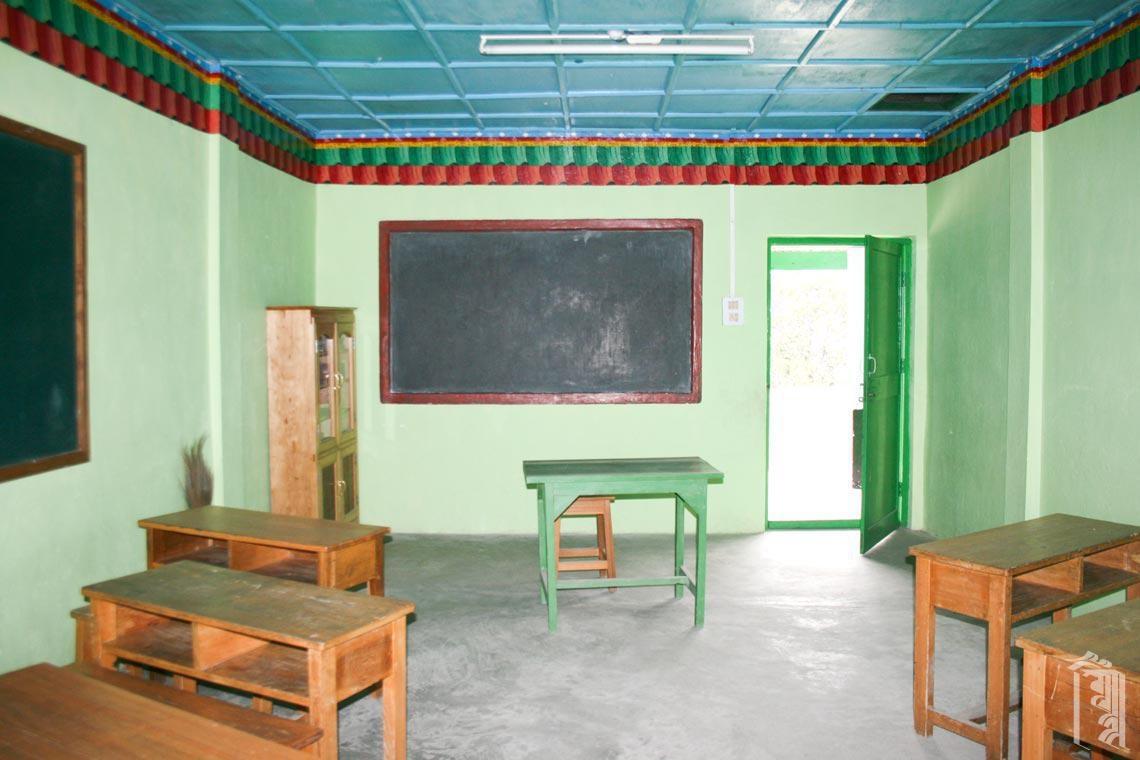 Das saubere Interieur eines Jhamtse Gatsal Klassenzimmers.