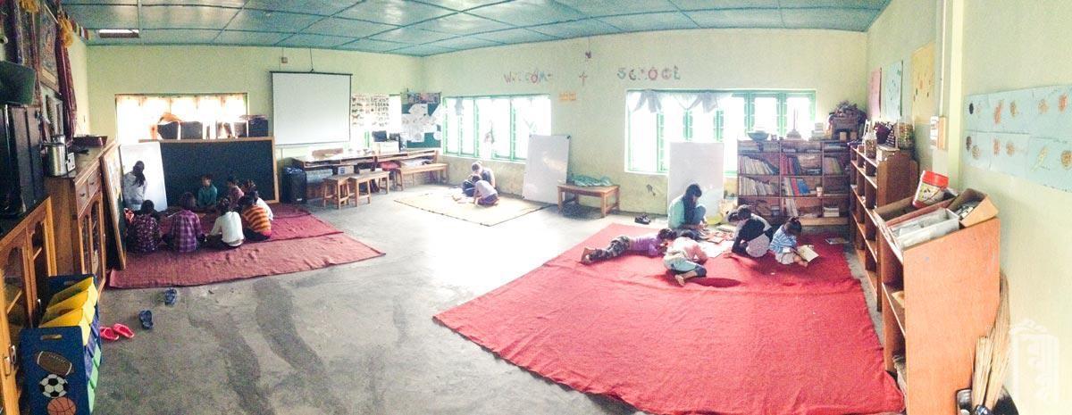 Ein großer Raum, der für den Unterricht der jüngeren Klassen, Tanzpraxis, Bibliothek, Meditationssaal und Treffpunkt genutzt wird.
