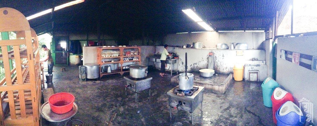 In diesem überdachten Bereich hinter der Küche werden die Lebensmittel gewaschen und zubereitet und die Essensreste entsorgt.
