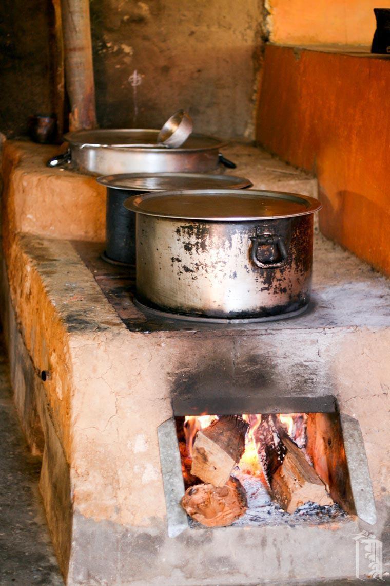 Ein mit Lehm gebauter Holzofen, der hauptsächlich zur Reinigung großer Wasserbottiche durch Auskochen verwendet wird.