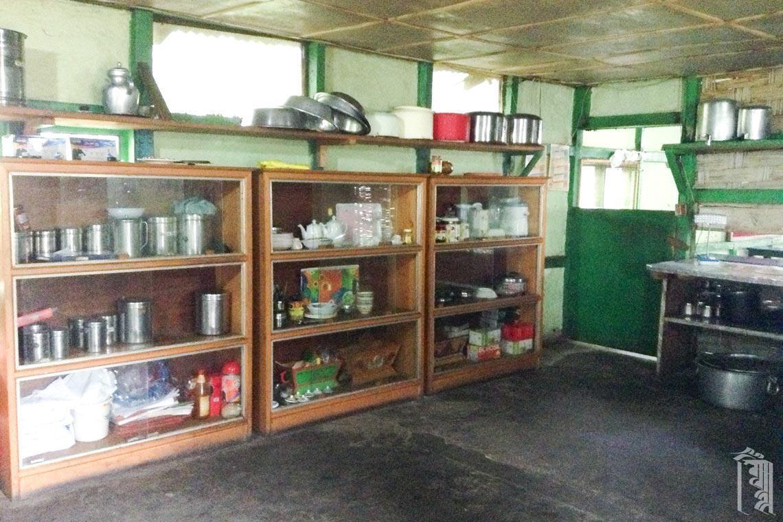 Einige Lebensmittel und die meisten Werkzeuge und Geschirrteile werden direkt in der Küche gelagert, während der Rest der Vorräte in einer separaten Speisekammer gelagert wird.