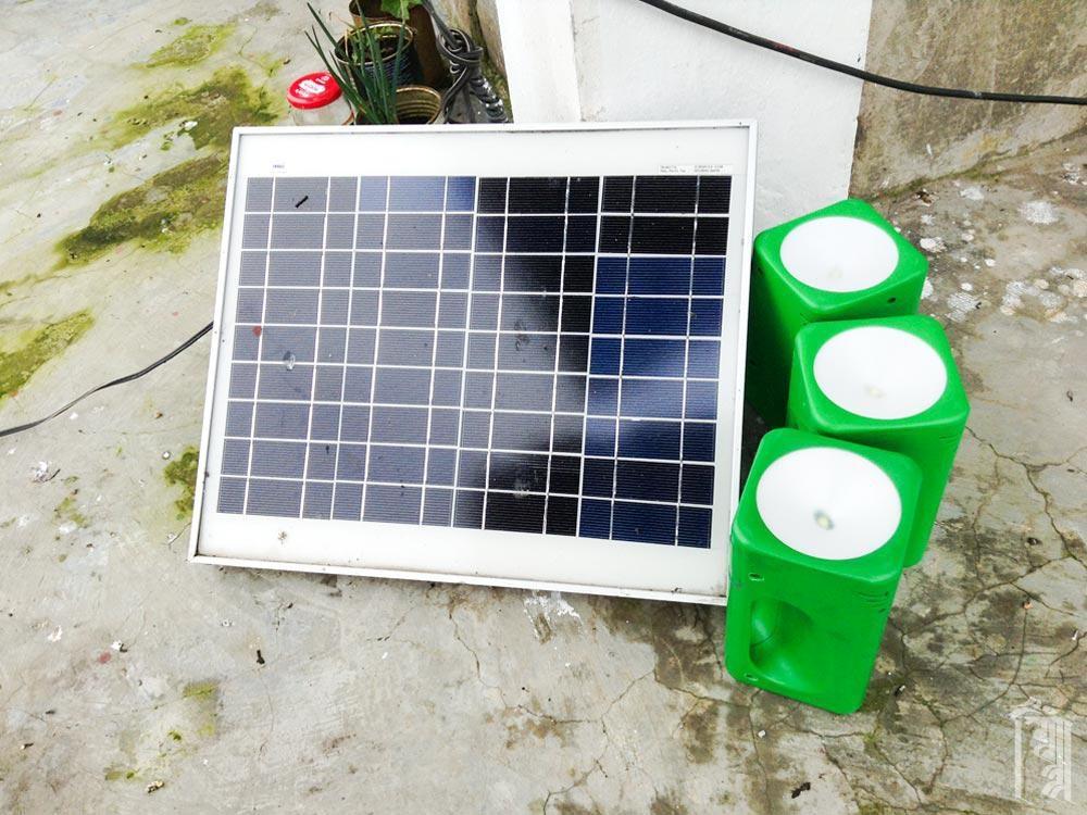 Kleine Solarmodule können zum Laden von Laternen und für die Notbeleuchtung in den Familienhäusern verwendet werden.