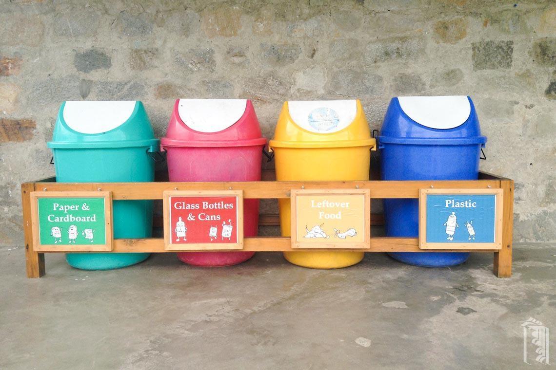 Der erste Schritt unseres Projekts zum Aufbau eines besseren Abfallmanagementsystems besteht darin, allen beizubringen, recycelbaren Müll zu sammeln und zu sortieren (und unsere Gemeinschaft sauber zu halten!).