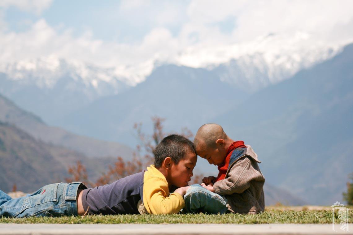 Die älteren Kinder in Jhamtse Gatsal sind sehr gut darin, die jüngeren Kinder unter ihre Fittiche zu nehmen.