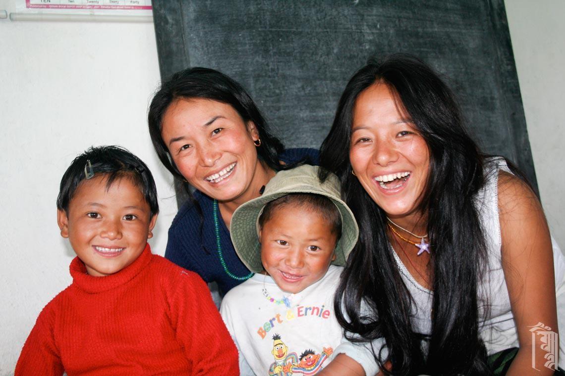Zwei Hausmütter mit zwei Kindern in einem der Klassenzimmer von Jhamtse Gatsal.