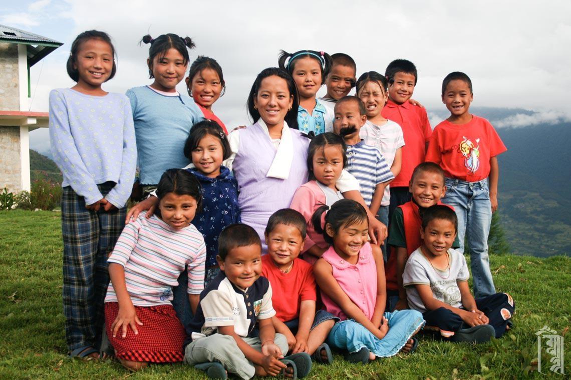 """Ein """"Familien""""-Porträt aus den Anfängen der Kindergemeinschaft Jhamtse Gatsal."""