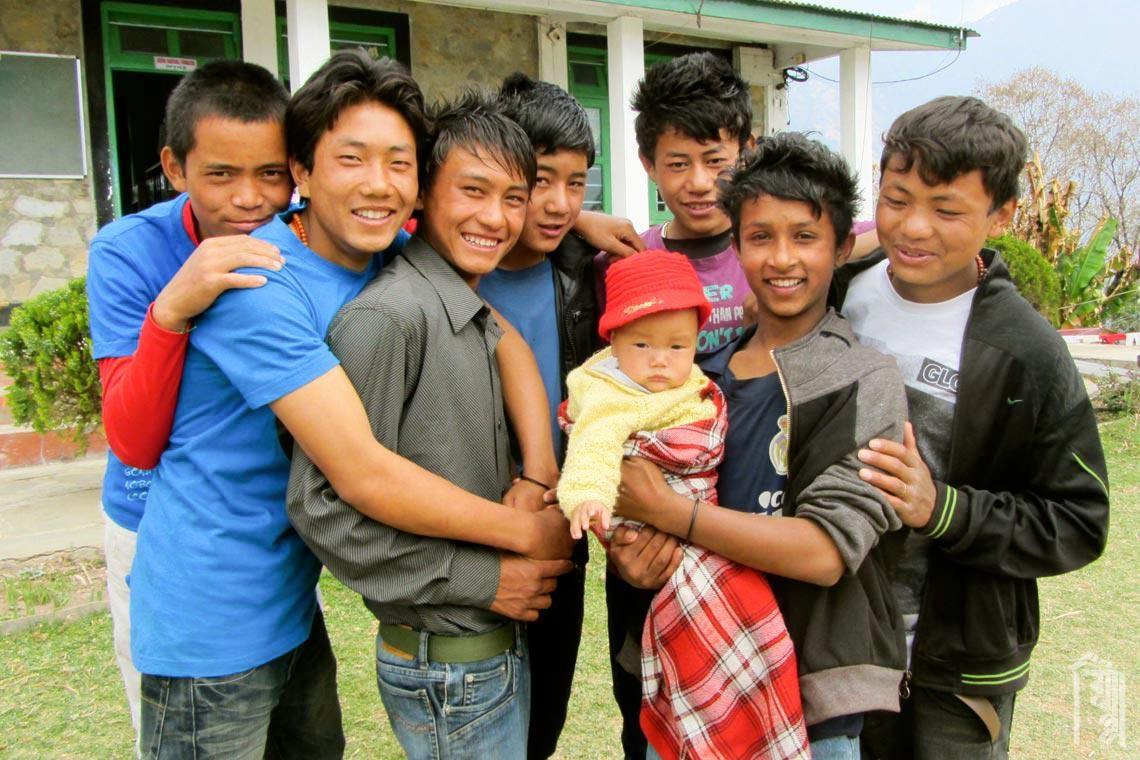 Im Jhamtse Gatsal kümmern sich auch die Teenager gerne um die kleinsten Kinder.