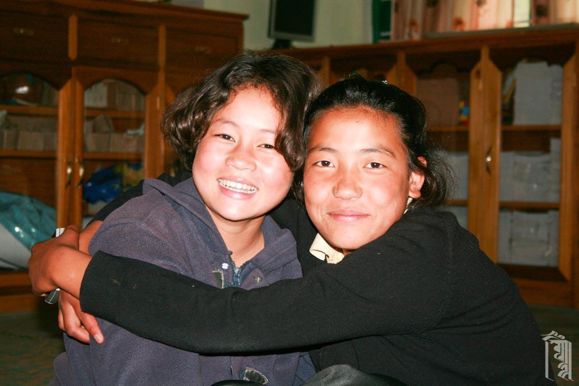 Freunde sind wie die Familie in der Kindergemeinschaft Jhamtse Gatsal.