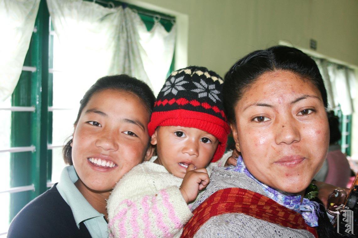 Ama la Dorjee macht die Kinder mit Hilfe der ältesten Mädchen startklar für den Tag.
