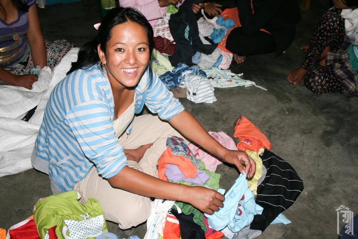 Ama la Tenzin, eine der Hausmütter, sortiert Kleiderspenden für die Kinder.