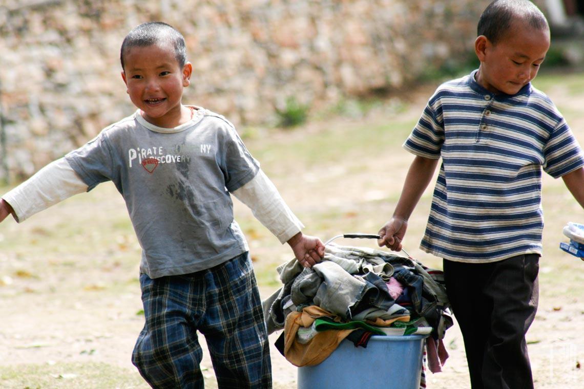 So viele Kinder bedeutet viel Wäsche zu waschen, aber jeder hilft.