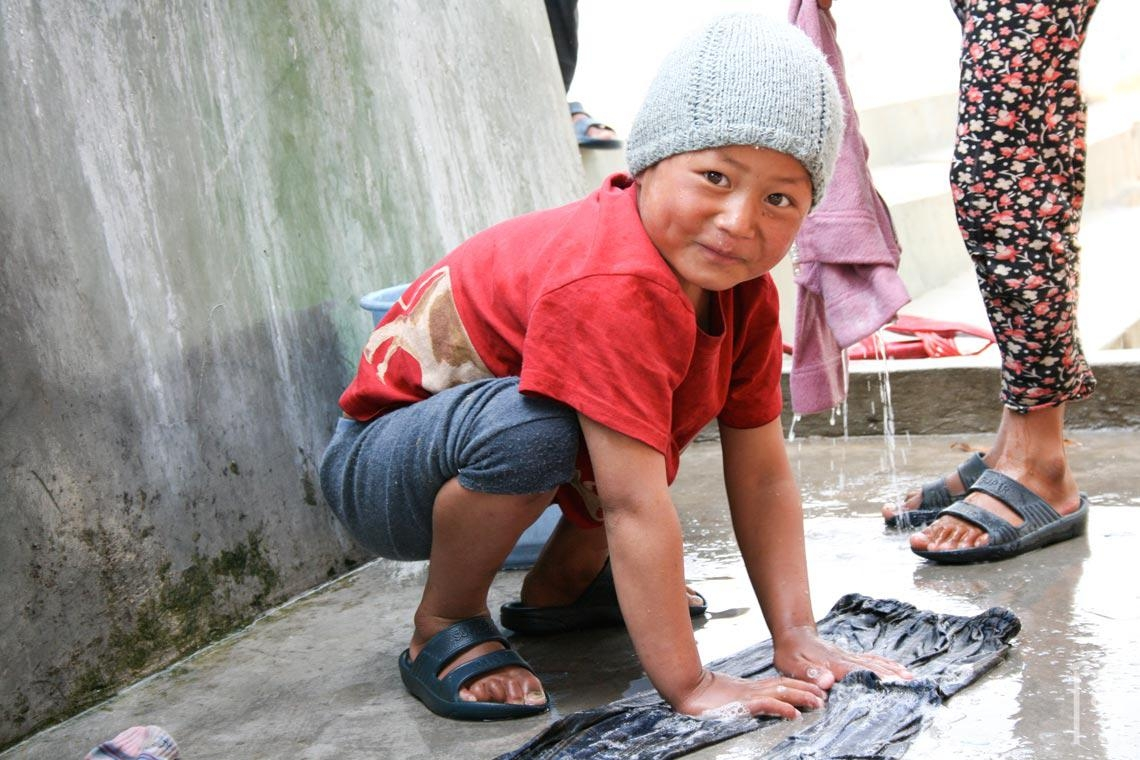 Auch die kleinen Kinder haben Spaß daran, die Kleidung sauber zu bekommen.