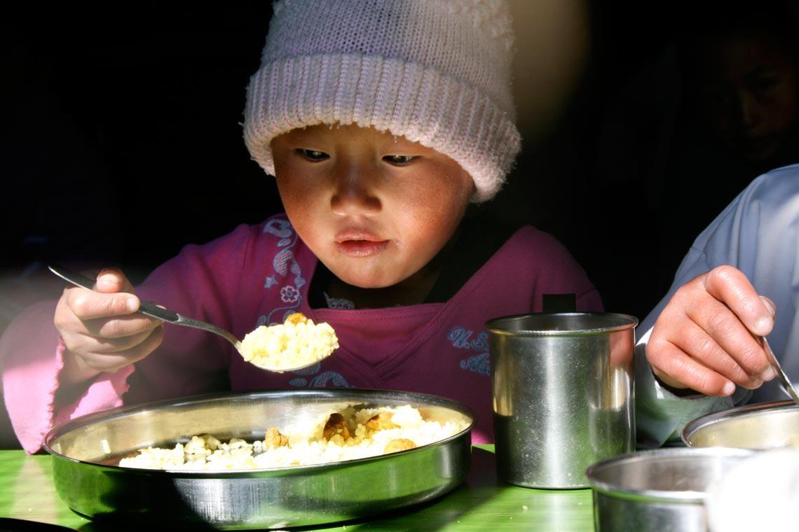 Abendessen mit einer Taschenlampe