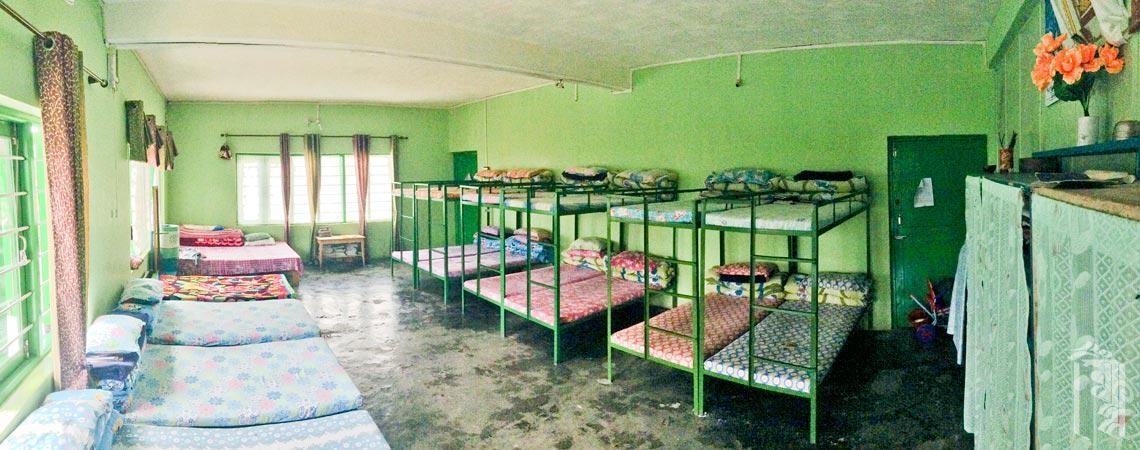 Gepflegte Etagenbetten in einem der Jhamtse Gatsal Familenhäuser.