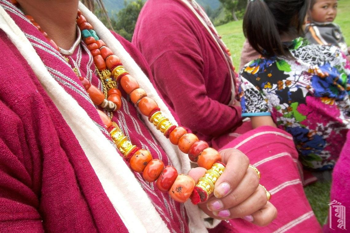 Zum traditionellen Monpa-Kleid gehört der Erbstück-Schmuck, der wunderschön hergestellt und an Familien weitergegeben wird.
