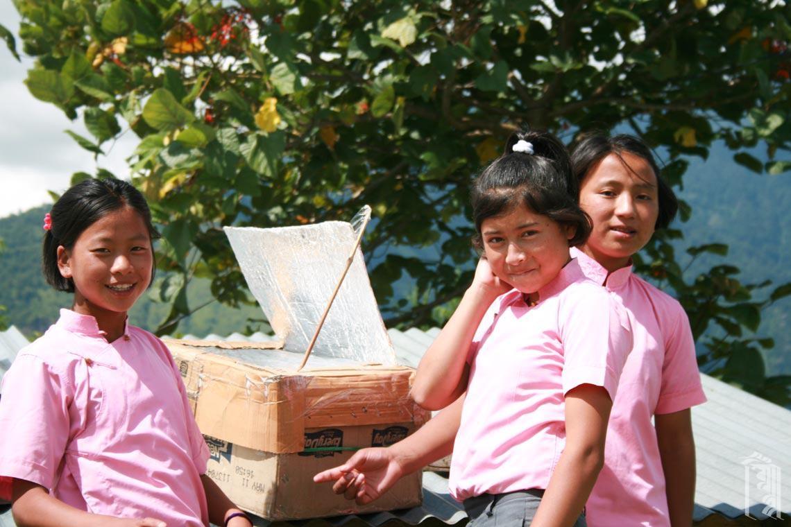 Praktische wissenschaftliche Projekte sind großartig, wenn man zu Essen bekommt und die Ergebnisse teilt. Diese Schüler experimentieren mit einem Karton-Solarofen.