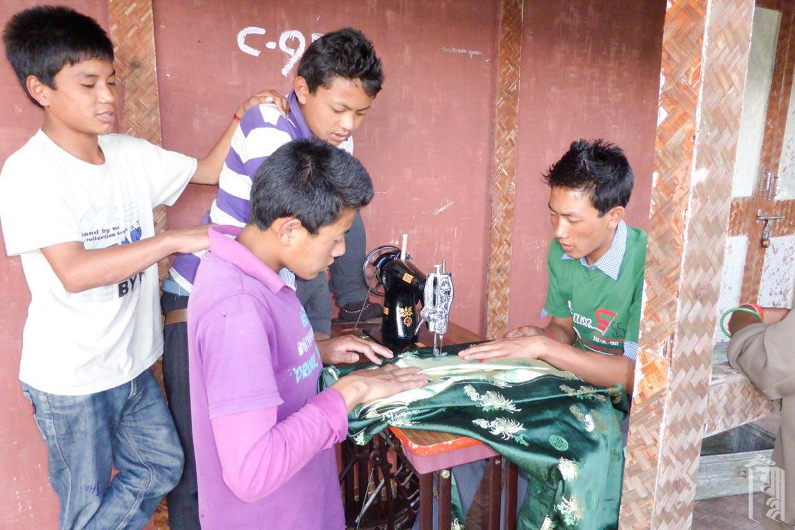 Die Jungs von Jhamtse Gatsal sind besonders geschickt bei der Arbeit mit der Pedalnähmaschine der Gemeinschaft und sehr einfallsreich bei der Reparatur von Dingen.