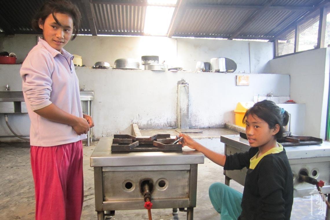 Die Schüler lernen, die Küchentechnik in der Gemeinschaftsküche zu benutzen.