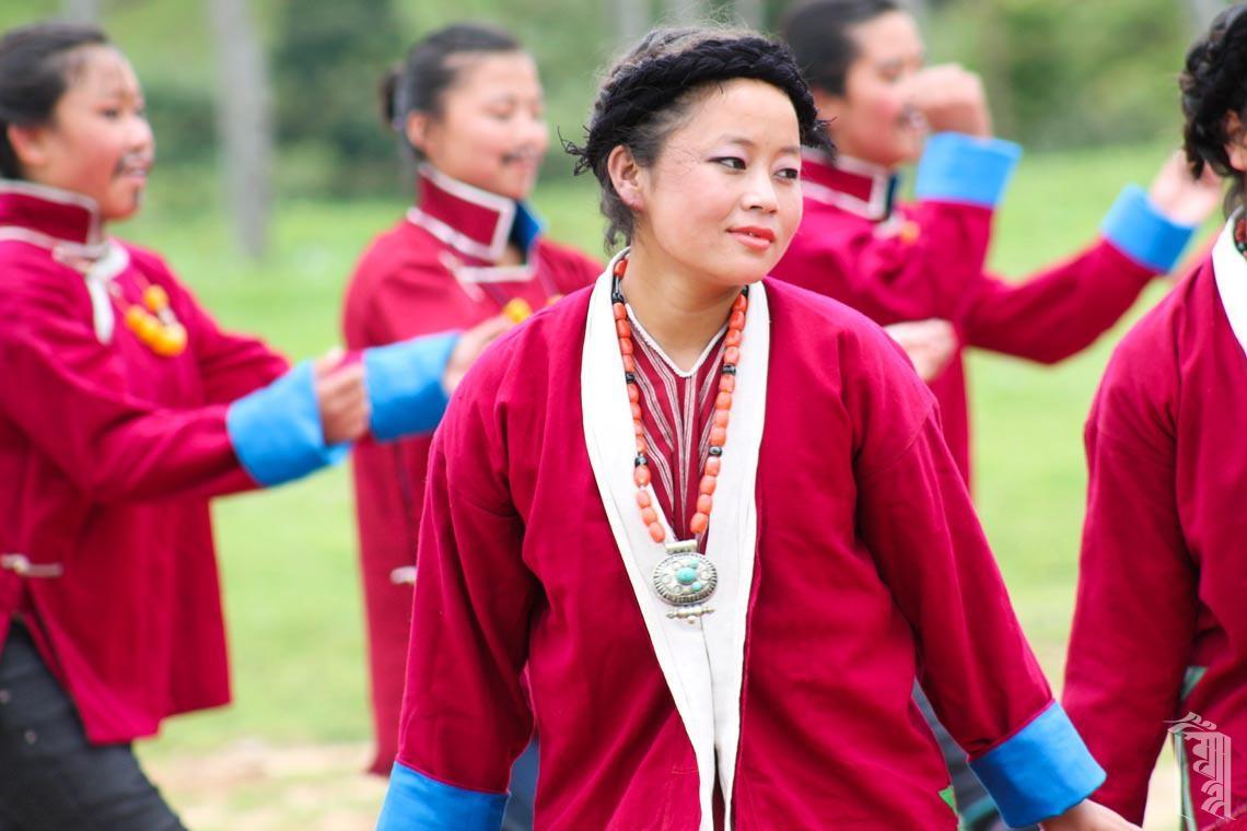 JGCC-Schüler führen einen traditionellen Monpa-Tanz auf.