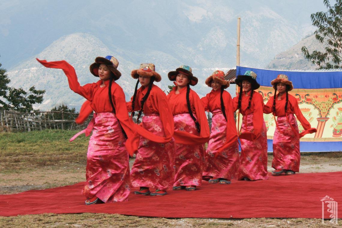 Unsere Jhamtse Gatsal Mädchen sind anmutige und schöne Tänzerinnen.