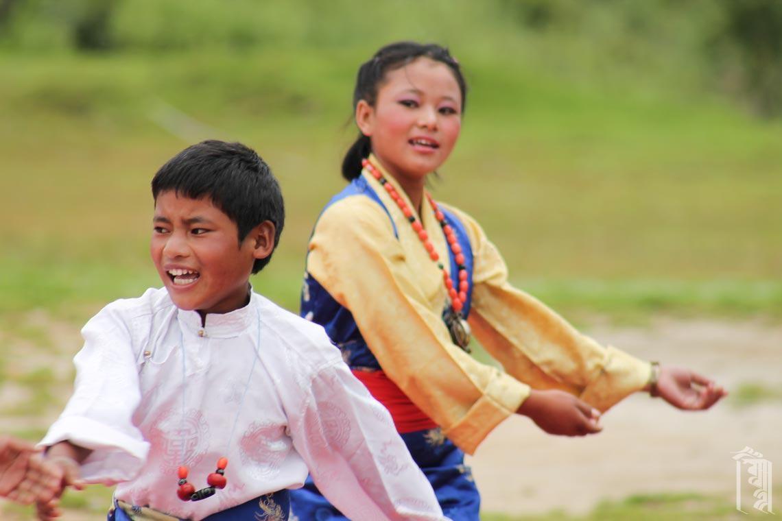 Schon die jüngeren Schüler von Jhamtse Gatsal lernen traditionelle Tänze und können schließlich an Aufführungen teilnehmen.