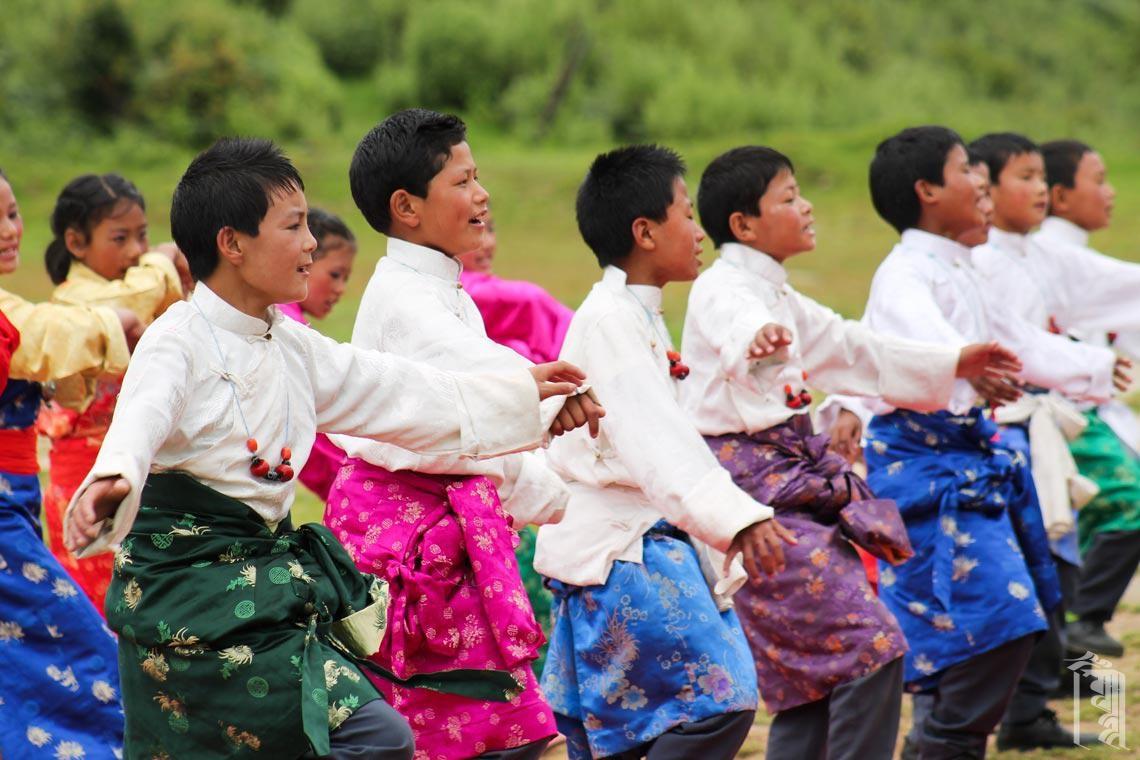 Sowohl Jungen als auch Mädchen im Jhamtse Gatsal spielen eine wichtige Rolle bei traditionellen Tänzen.