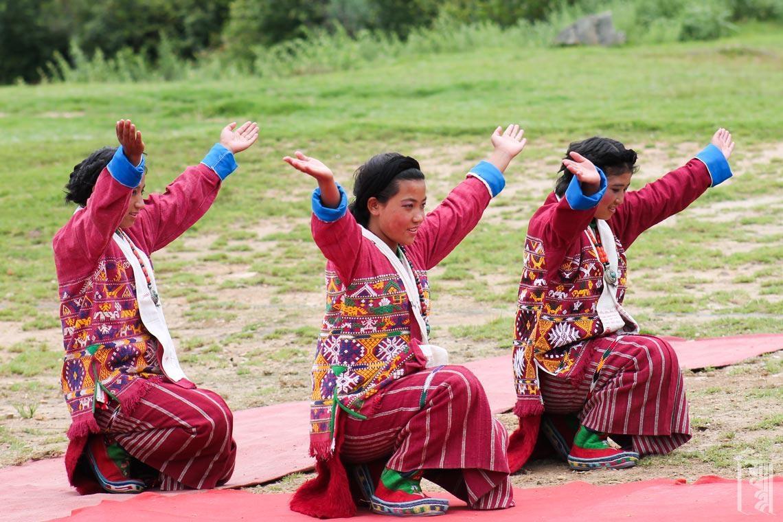 Gatsal-Mädchen tragen den traditionellen rosafarbenen Monpa-Schingka zu besonderen Anlässen und für alle Tanzaufführungen.