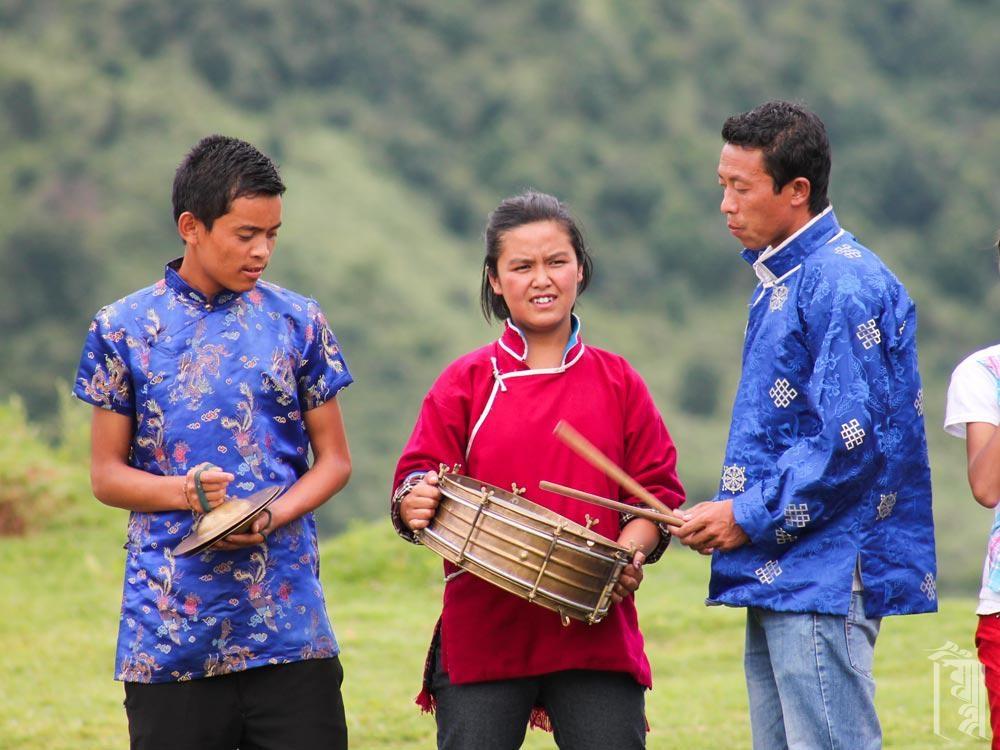 Gen Lham Dorjee begleitet die tibetischen Schneelöwentänzer bei einer Performance in der Jhamtse Gatsal Community.