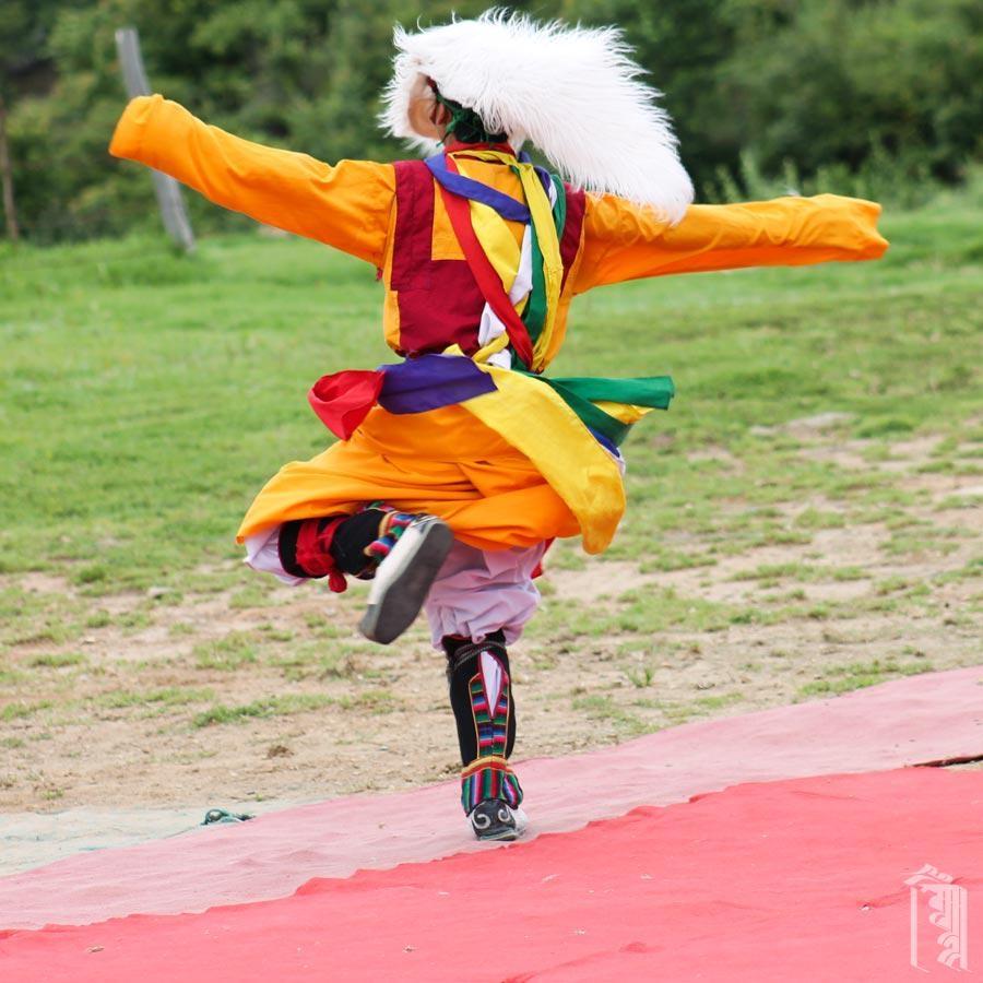 Der Tibetische Schneelöwentanz erzählt eine Geschichte über einen Mann, dem eine Familie von Schneelöwen geholfen hat.