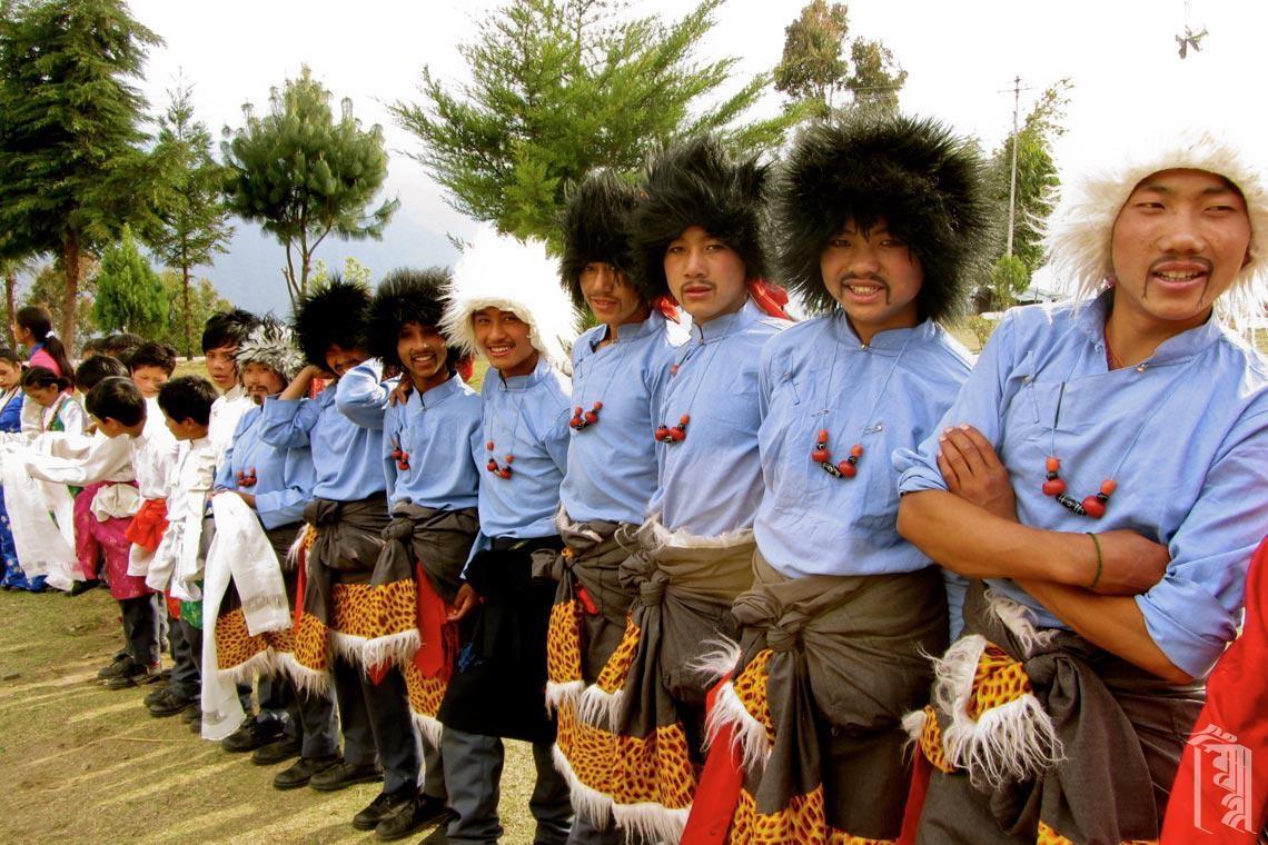 Teenager-Jungs warten darauf, einen besonderen Gast in der Jhamtse Gatsal Children's Community zu begrüßen.