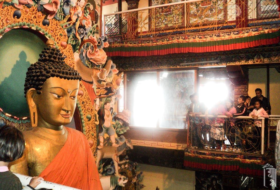Bei einem Besuch des Tawang-Klosters lernen die Schüler die Geschichte der Gegend und ihr kulturelles Erbe kennen.