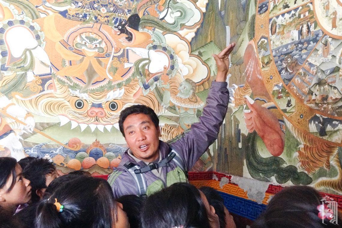 Gen Sangpo erklärt die Geschichten hinter einigen der kunstvollen Gemälde an den Wänden des Tawang-Klosters.