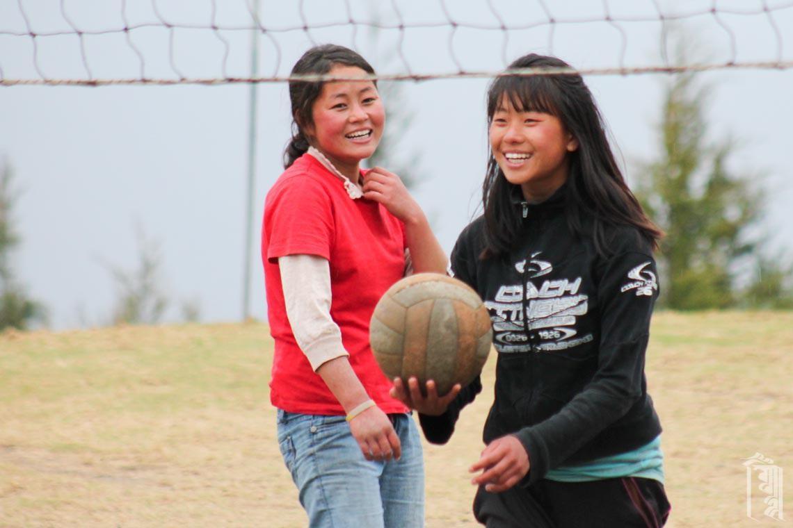 Die Mädchen sind nicht nur sehr gut im Volleyball, sie haben auch Spaß beim Spielen.