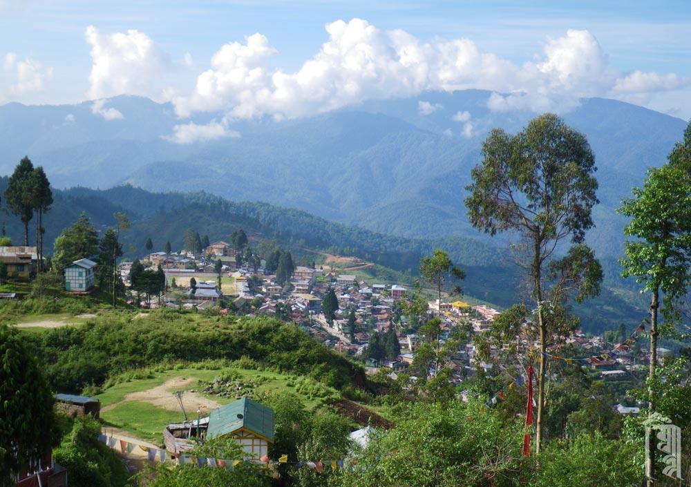 Blick auf die Stadt Bomdilla, in Arunachal Pradesh, Indien..
