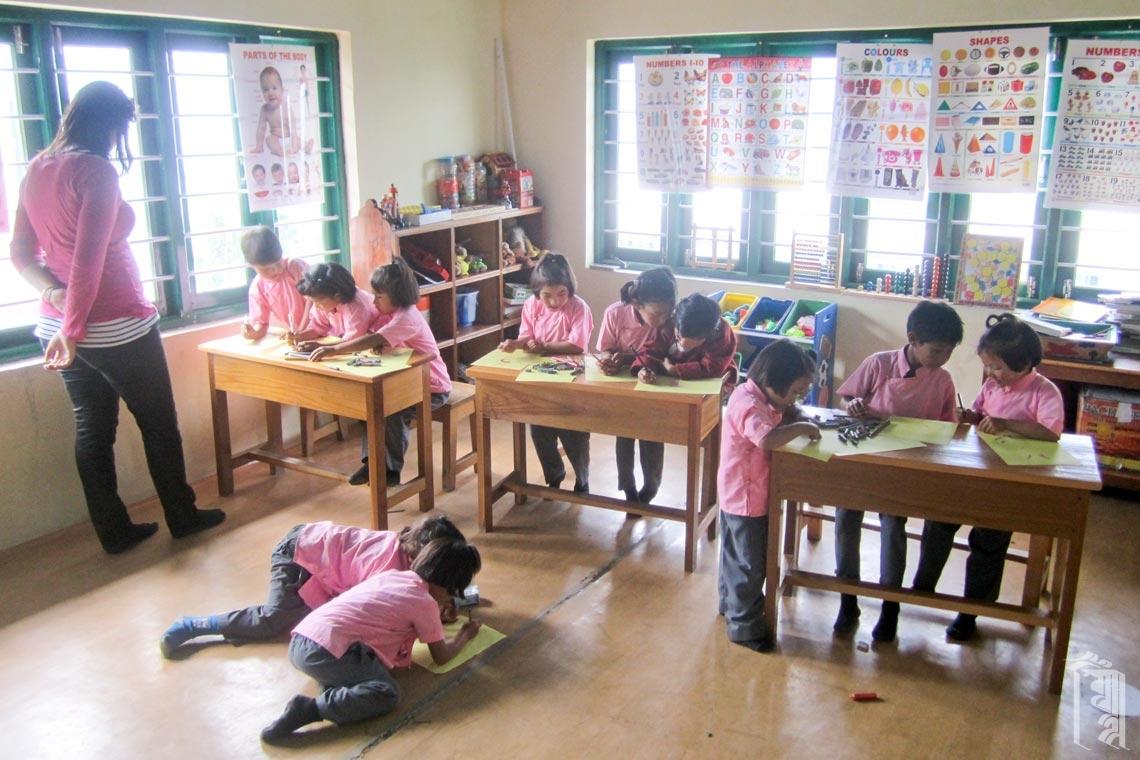 Freiwillige Lehrerin und Praktikantin, Kirstine Pederson in der Klasse am Jhamtse Gatsal.