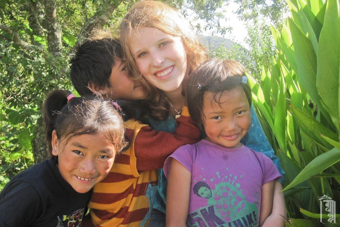 Die Freiwillige Hannah Ko trifft sich mit den Mädchen der Jhamtse Gatsal Children's Community.