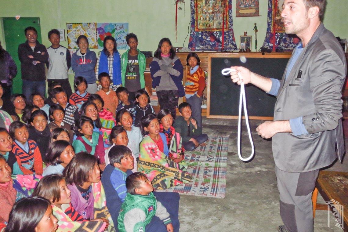 Der ehrenamtliche Entertainer Jordi führt eine Zaubershow für die Jhamtse Gatsal Community als letzten Höhepunkt auf, bevor alle in den Winterurlaub nach Hause gehen.