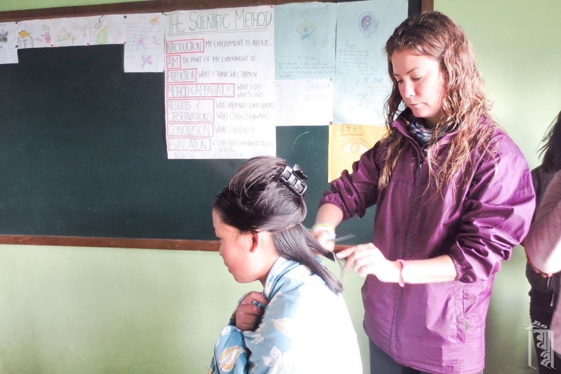 Die ehrenamtliche Friseurin Noelia gab allen während ihrer Zeit im Jhamtse Gatsal einen neuen Style.