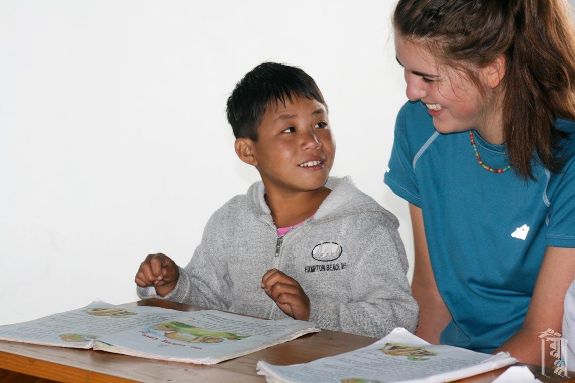 Freiwillige Lehrerin Sandy Wood bei der Nachhilfe für einen Jhamtse Gatsal Schüler.