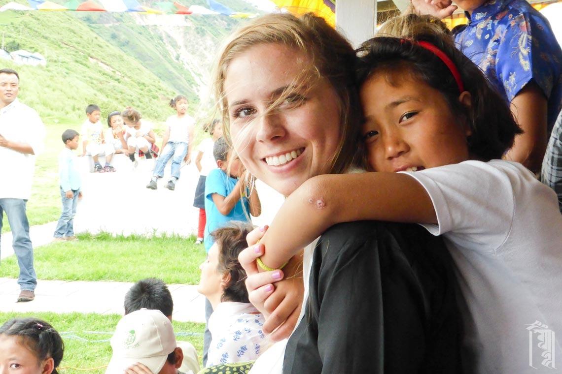 Die ehrenamtliche Kunstlehrerin Erin Miles trifft sich mit den Kindern während einer Sondervorstellung.