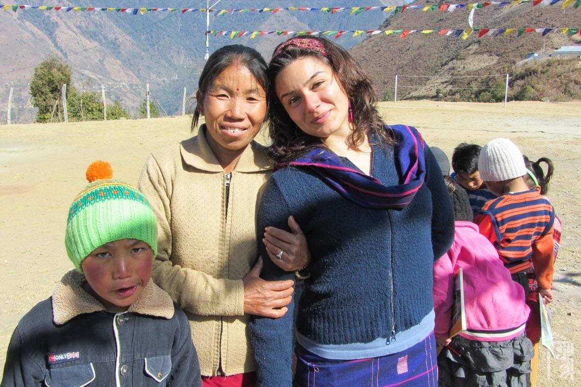 Freiwillige Lehrerin Romina De Angelis mit der JGCC-Köchin Sharda Thapa und einigen der JGCC-Kinder am ersten Tag zurück aus dem Urlaub.