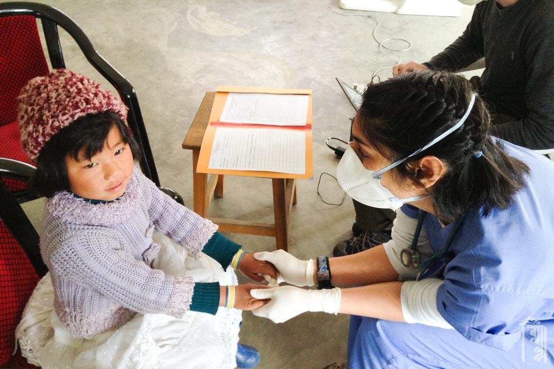 Die medizinische Freiwillige Dr. Vindy Garcha verbrachte viel Zeit mit jedem Schüler und lehrte ihre Klinikhelfer, wie wichtig es ist, freundlich zu sein.